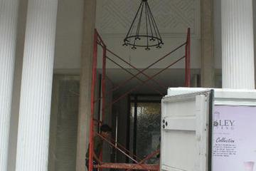 Pemasangan Lampu Gantung Pintu Utama