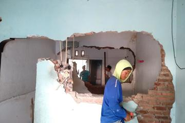 Proses pembobokan dinding bangunan lama