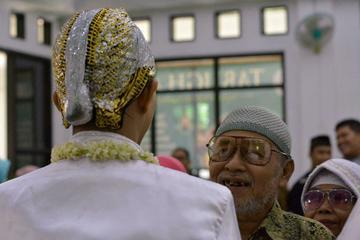 Suasana pernikahan Faris dan Marina. Faris tampak menyambut tamu undangan pernikahan di Musola Al-Furqon, Bojong Gede, Bogor, Jawa Barat (2/12/18).