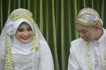 Suasana pernikahan Faris dan Marina usai mengucap ijab kabul yang disaksikan para tamu undangan di Musola Al-Furqon, Bojong Gede, Bogor, Jawa Barat (2/12/18).