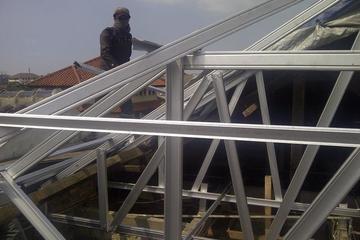 Bongkar atap kayu ganti baja ringan