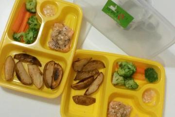 potato wedges, salmon saus nanas dan sayur kukus
