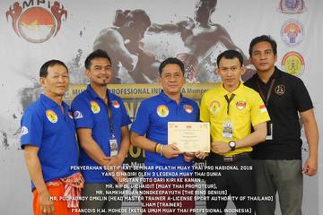 Penyerahan Sertifikat Seminar Pelatih Muay Thai Pro Nasional 2016, di Hotel Santika