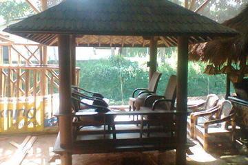 saung yang terbuat dari kayu kelapa