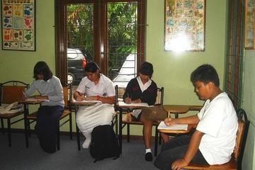 Siswa sedang mengerjakan Final test