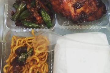 nasi kotak ayam bakar, oseng kacang, mie