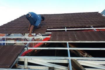 Pemasangan atap metal